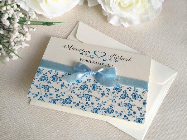 Róże niebieskie z kokardką