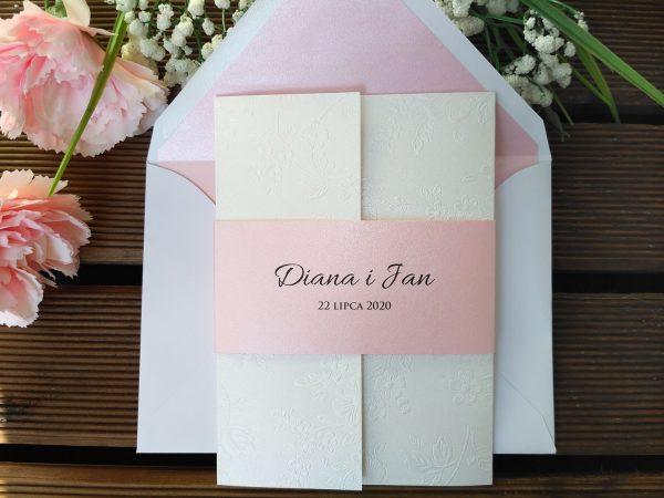 Zaproszenia ślubne wytłaczane kwiaty z różową obwolutą
